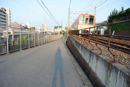 ひだまり 影と山陽電車.jpg